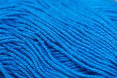 编织的明亮的蓝色颜色垫铁毛线 免版税库存图片