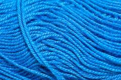 编织的明亮的蓝色颜色垫铁毛线 库存照片