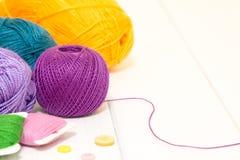 编织的棉花穿线与在桌上的按钮 免版税库存照片