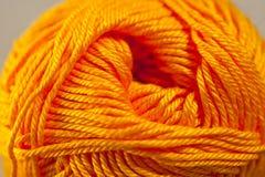 编织的橙黄明亮的颜色垫铁毛线 库存图片