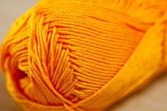 编织的橙黄明亮的颜色垫铁毛线 库存照片
