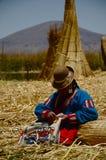 编织的秘鲁妇女 免版税图库摄影