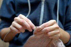 编织的编织针毛线针线工艺围巾概念 库存照片