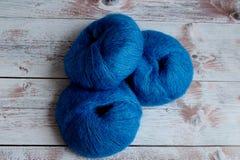 编织的蓝色毛线在轻的背景 库存照片