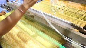 编织的设备家庭编织-自创丝绸的 股票视频