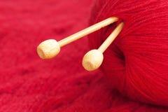 编织针和红色羊毛纱线 库存图片