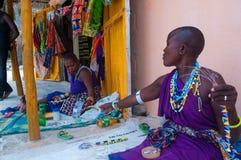编织项链和地方首饰的美丽的masaai妇女 免版税库存图片