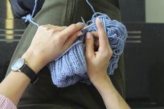 编织 有编织针的女性手 顶视图 特写镜头 库存图片