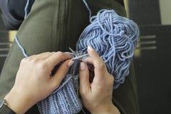 编织 有编织针的女性手 顶视图 特写镜头 免版税库存照片