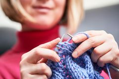 编织 有针和螺纹的女性手 免版税库存图片