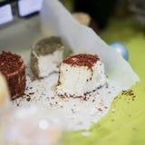 编结软干酪头用不同的香料和添加剂的在木市场板 烹饪乳制品,真正 库存照片
