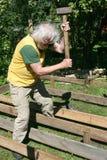 编译一个木大阳台的老木匠 图库摄影