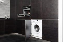 编译在厨房的洗衣机和烹饪器材 库存图片
