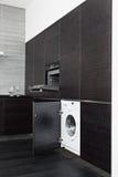 编译在厨房的洗衣机和烹饪器材 免版税库存照片