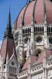 编译完全补白匈牙利议会射击的布达佩斯 结构上详细资料大梁玻璃购物中心被反射的购物 免版税库存照片
