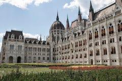 编译完全补白匈牙利议会射击的布达佩斯 结构上详细资料大梁玻璃购物中心被反射的购物 免版税图库摄影