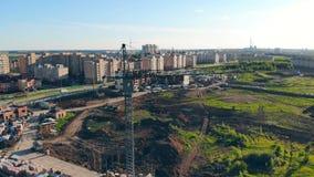 编译建设中 建筑用起重机在站点在一个大绿色领域附近 影视素材