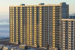编译建设中 放置户外站点的砖建筑 都市 多层 大厦高层 免版税图库摄影