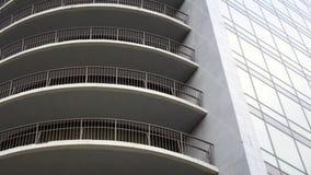 编译现代 与玻璃门面的现代办公楼  免版税库存照片