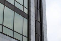 编译现代 与玻璃门面的现代办公楼  图库摄影