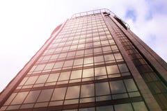 编译现代 与玻璃门面的现代办公楼  免版税图库摄影