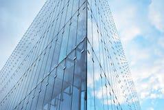 编译现代 与玻璃门面的现代办公楼  免版税库存图片