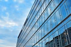 编译现代 与玻璃门面的现代办公楼  库存图片