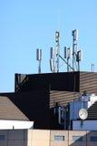 编译电池高层站点的天线 免版税库存照片