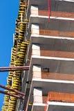 编译的具体建筑用起重机flyforms仔猪栏安全性耸立下 图库摄影