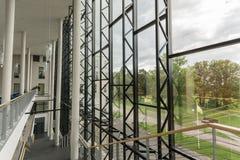 编译的内部现代 公寓营业所安排工作 大明亮的窗口 库存图片