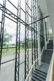 编译的内部现代 公寓营业所安排工作 大明亮的窗口 免版税库存照片