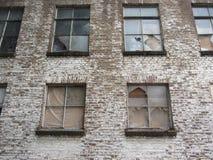 编译的外部老 残破的大厦老视窗 库存图片