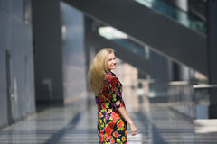 编译的现代微笑的常设妇女 免版税图库摄影