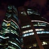 编译的现代晚上办公室摩天大楼 免版税库存图片