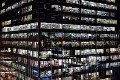 编译的现代晚上办公室 免版税库存图片