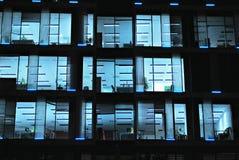 编译的现代晚上办公室 免版税图库摄影