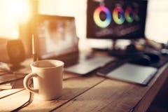 编辑书桌咖啡杯和膝上型计算机和显示器预览 免版税库存照片
