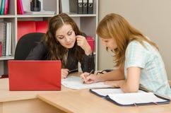 编辑在一个纸张文件的女孩和专家办公室文本 图库摄影