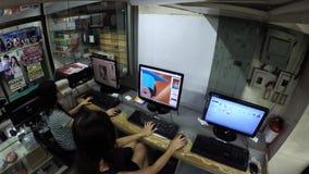 编辑在计算机的夫人桌面操作员工作者图象文件 影视素材