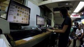 编辑在计算机的夫人桌面操作员工作者图象文件 股票视频