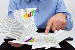 研究年终报告的商人 免版税库存图片