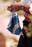 编织一个帽子的印加人人在Taquile,海岛普诺,秘鲁 免版税库存图片