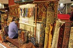 编织一个波斯地毯在伊斯法罕,伊朗 免版税库存图片
