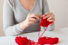 编织与针和毛线的妇女手 免版税库存图片