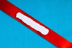 编结便条纸空白拷贝空间红色丝带蓝色布料背景 库存图片