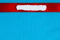 编结便条纸空白拷贝空间红色丝带蓝色布料背景 库存照片
