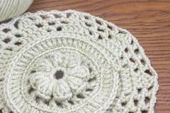 编织和勾子的棉纱品 手工制造钩针编织小垫布样式,编织,缝合 钩针编织小垫布,沿海航船 免版税图库摄影