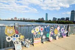 编织在剑桥和波士顿之间的桥梁在Massachusettes 库存图片