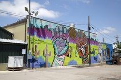 编组在大厦墙壁上的五颜六色的街道画  免版税库存图片