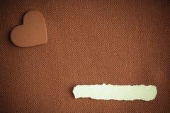 编结在棕色织品纺织材料的纸空白的copyspace心脏 库存照片
